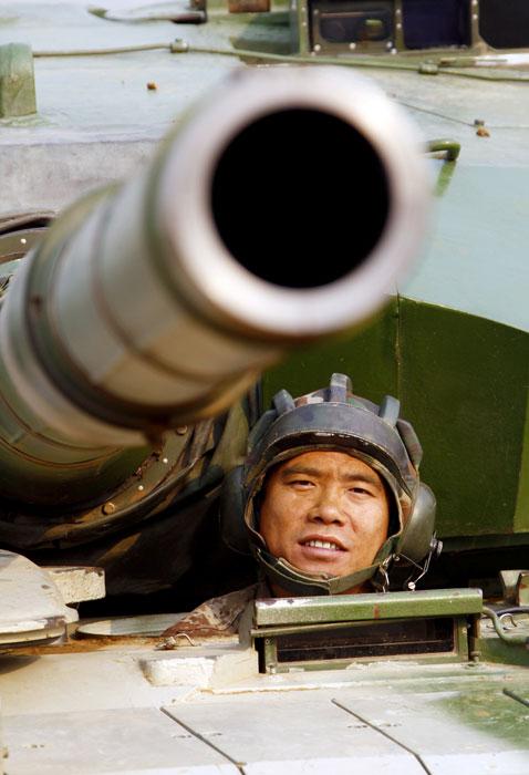 环球旅行记_四发炮弹穿1个弹孔 解放军坦克兵王创奇迹_军事_环球网