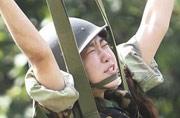 韩国女生跳伞时表情窘