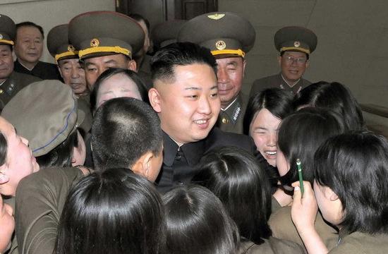 金正恩视察指挥部 女兵激动泣不成声