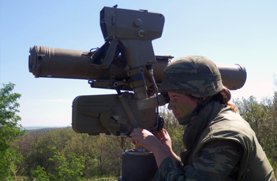 希腊美丽女大兵玩导弹