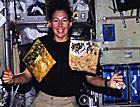女宇航员详解太空烹饪