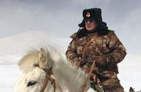 军分区司令亲驾战马巡逻边疆