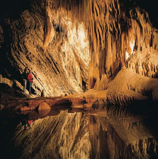 Marakoopa洞穴   澳大利亚地心探险   看过《地心历险记》的朋友恐怕都对地底的神秘无限向往。澳大利亚的野外洞穴探险也许能满足你的一丝幻想,寻获壮观的地下荒野景象,追寻远古的踪迹!塔斯马尼亚州是进行洞穴探险的理想去处。这里不仅有起伏的山脉、连绵的牧场和茂密的原始森林,更有值得探索的神秘地底洞穴。你可以前往摩尔溪(MoleCreek),这个位于塔斯马尼亚中北部,距离德文港(Devonport)以南仅74公里和德拉林(Deloraine)以西仅25公里的小镇,那里有着众多洞穴供你探究,也有诸如世界最