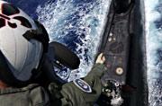美军直升机钓到一条大黑鱼