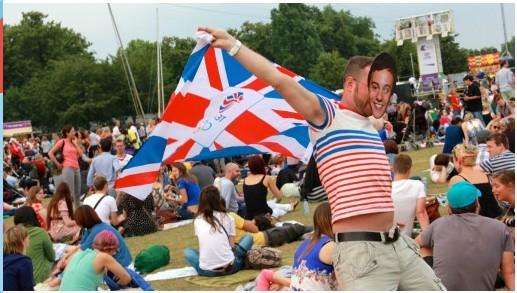 奥运闭幕日三万伦敦人涌入维多利亚公园狂欢