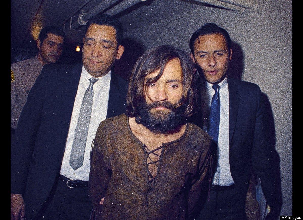 """曼森上世纪60年代末在加州领导着臭名昭著犯罪团伙——""""曼森""""家族,他"""