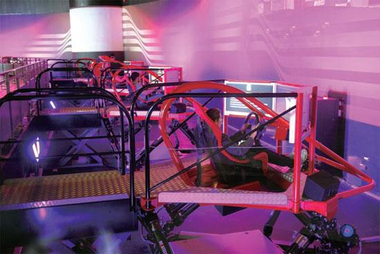 赛车模拟器,分别是一台f1赛车和一台法拉利430跑车,坐在驾驶舱高清图片