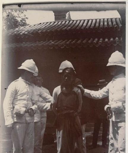 军和俄军组成的联军讨伐队在北京郊区血洗无数村镇,男子一律虐