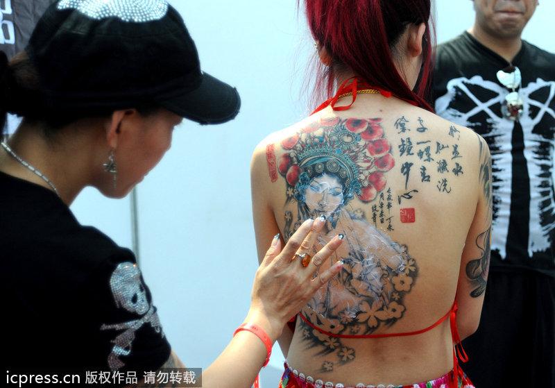 美女清凉露背展纹身