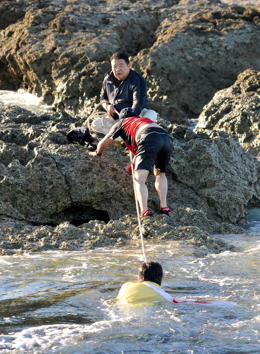 日本右翼强行登上我钓鱼岛宣示所谓 主权