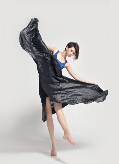 戚薇脚踩10公分高跟鞋 透视黑裙翩翩起舞