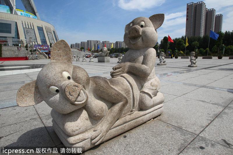 """郑州中原福塔石雕引争议 被网友戏称""""耍流氓"""""""