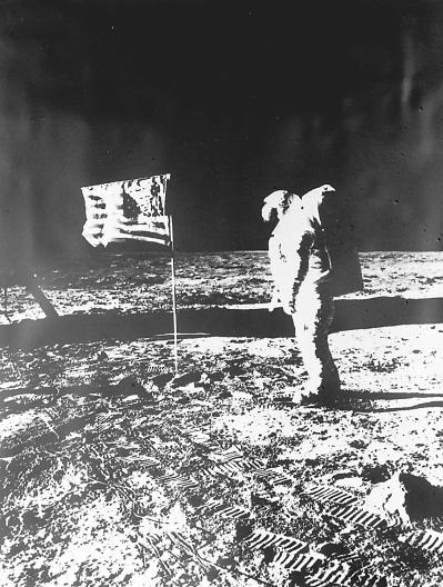 特朗1969年登上月球时的照片. 新华社发-登月第一人阿姆斯特朗逝世