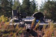 俄主战坦克在草丛里潜伏