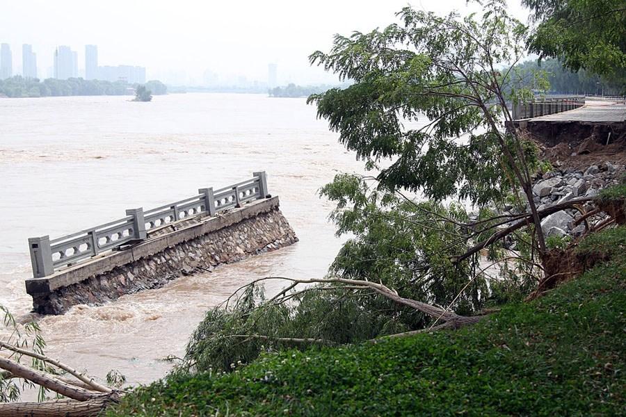 兰州/据称,30日晨黄河兰州段水流量降至2400立方米每秒,水位下降,...