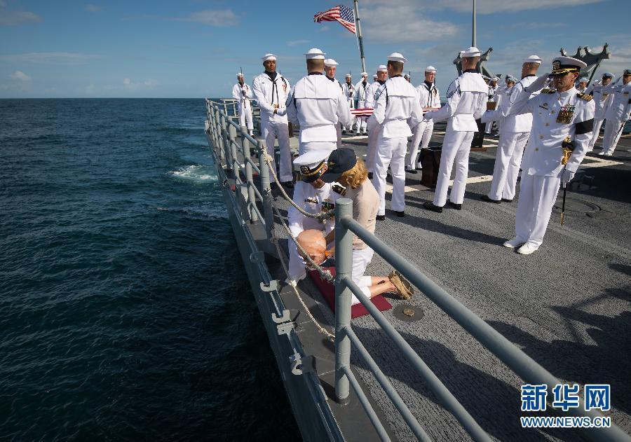 日,在大西洋为登月第一人尼尔·阿姆斯特朗举行的海葬仪式上,阿