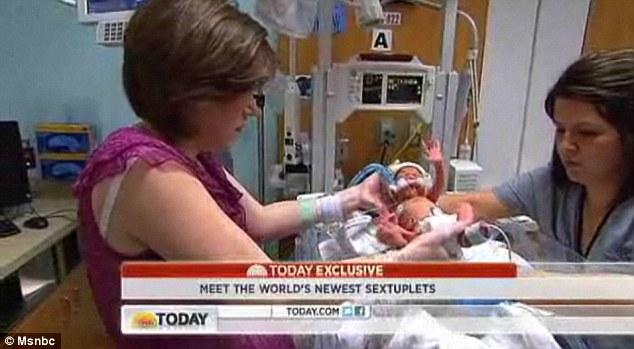 家人 胞胎 团聚 出院 一员/美六胞胎一员病后出院与家人团聚(5/13)