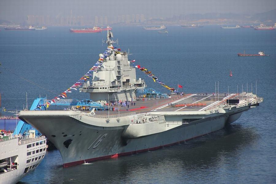 中国航母平台举行升旗仪式