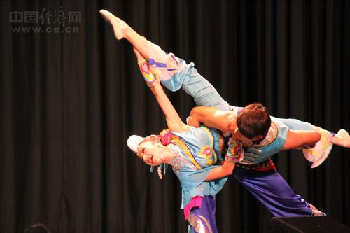 """云南省红河州歌舞团在柏林乌拉尼亚剧场演出的""""双人舞"""".-云南省"""