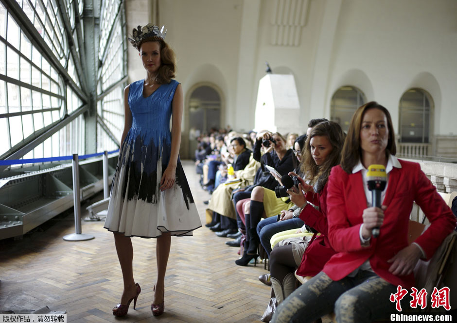 Defense秀场,模特T台走秀展示创意皇冠. 巴黎时装周品牌秀场 创图片