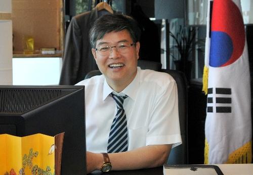 韩国文化院院长金辰坤