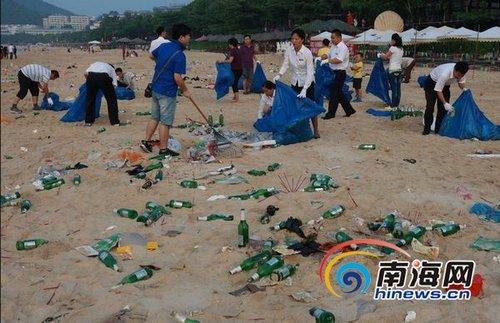 三亚450人清洁大东海海滩50吨遗留垃圾(图)