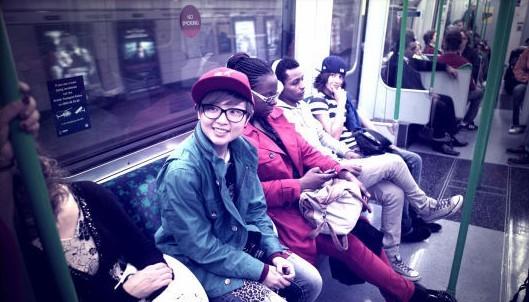 周笔畅素颜搭乘地铁 不戴眼镜戴口罩搞怪