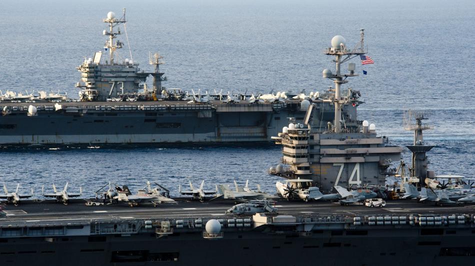 美国海军双航母编队肆意摆拍