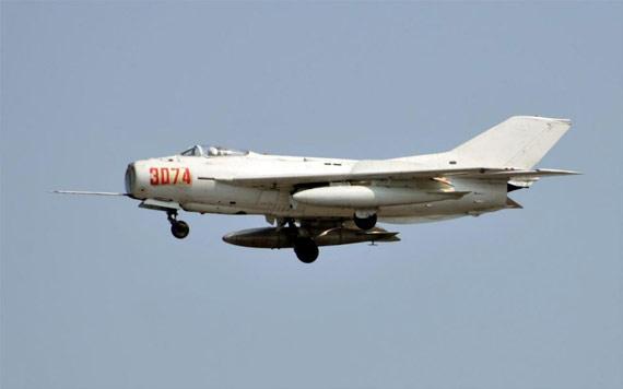 """歼-6     【环球网综合报道】2010年6月12日,国产歼-6战机正式退出空军编制序列。这种现代已经不先进的战机,为共和国天空忠实的守候了40多年,是真正的""""空中老英雄""""。作为在中国航空工业意义重大的战斗机型,有关专家甚至用""""一个时代的结束""""来形容""""老英雄""""的正式退编。   歼-6的成长与发展   歼-6型飞机是中国沈飞工业公司制造的单座双发超音速战斗机,也是第一种国产超音速战斗机。该机采用头部进气,后掠翼、正常式布局,具有尺寸"""