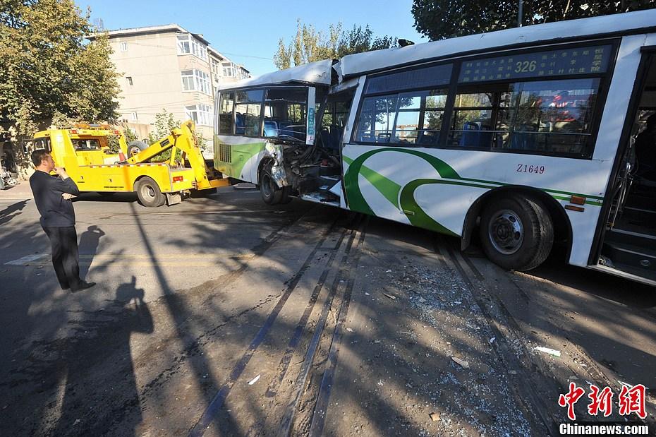 青岛火车公交相撞37伤