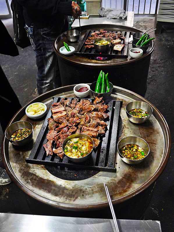 """社会资讯_首尔""""立食""""烤肉站着吃_旅游_环球网"""