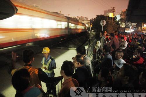 铁道口大拥堵逼停火车