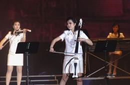 朝鲜牡丹峰乐团在平壤身着短裙公演