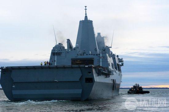 停靠在美国弗吉尼亚州诺福克军港的LPD 17圣安东尼奥号两栖船坞登陆舰满载物资,准备启程前往新泽西州参加飓风灾害后的救援重建工作