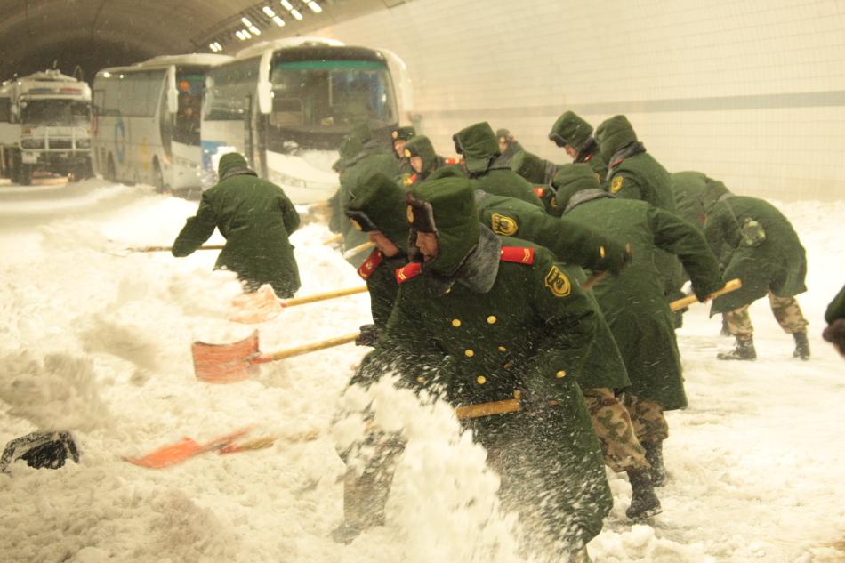 北京大雪封路武警紧急出动救援