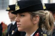 希腊三军女兵集体登场亮相