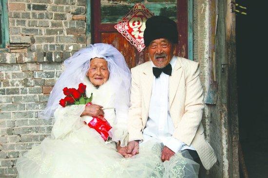 四川一百岁夫妻结婚88年 首拍婚纱照圆梦(图)