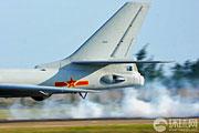 轰-6珠海跑道激起大烟雾