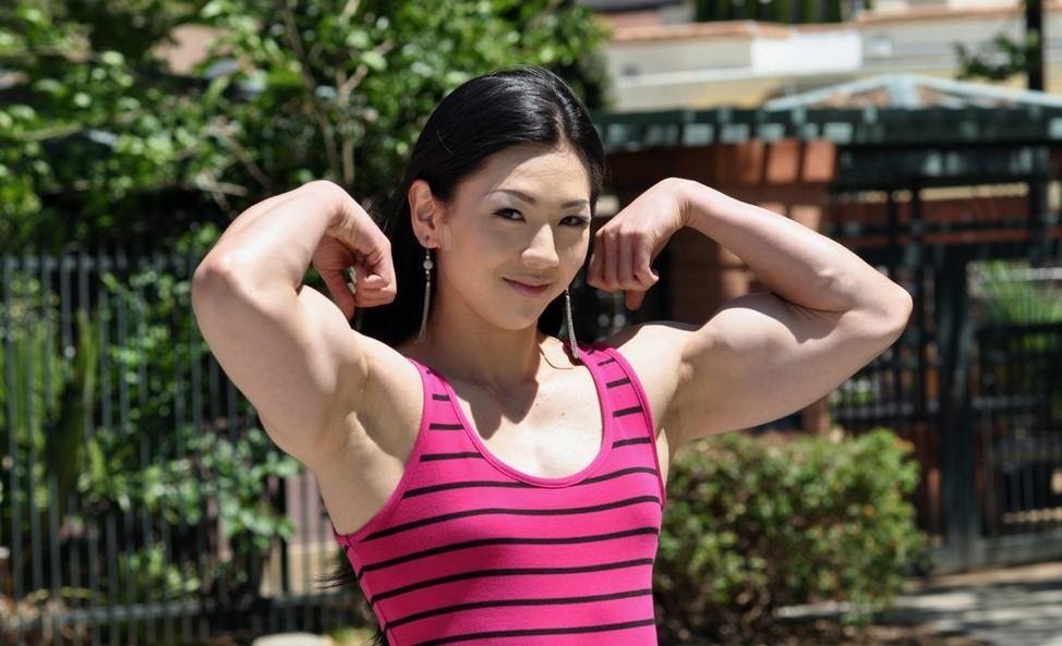 韩国美女健身教练+萝莉面孔劲爆肌肉