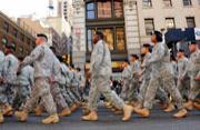 """美国举行""""退伍军人节""""大游行"""