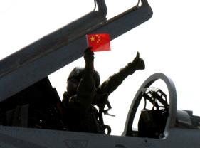 巴基斯坦JF-17战机飞行员挥舞中国国旗