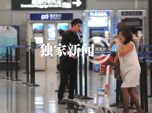 贾乃亮深夜匆忙奔赴机场 电话不断思女心切(图)