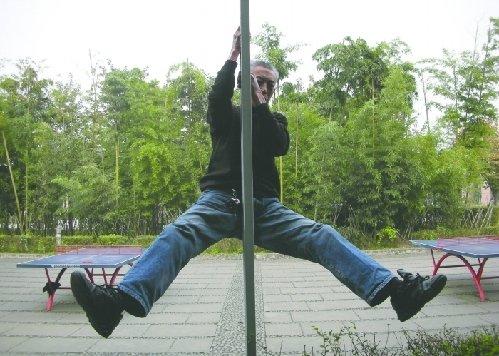 66岁大爷苦练钢管舞 儿子称不为健身为上春晚
