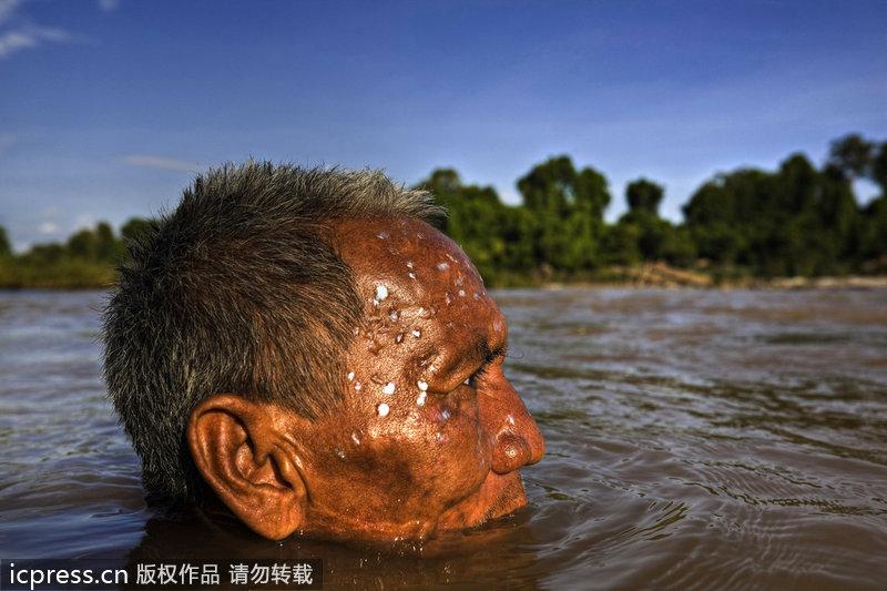 制作鱼干后,在河里洗澡.-湄公捕鱼人捕捉巨型鲶鱼图片
