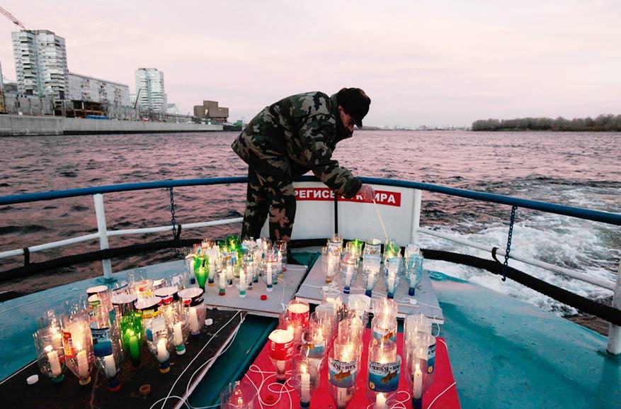 一名激进分子在叶尼塞河上点燃了蜡烛,纪念那些曾