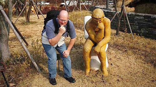 """这个雕塑形似罗丹的""""思想者""""坐在马桶上"""