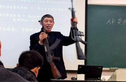大学老师持多款制式步枪授课