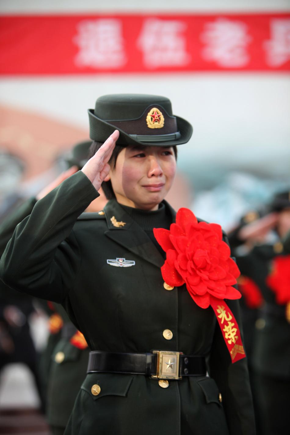 中国女兵高清图片_退伍女兵恋恋不舍离别军营_军事_环球网