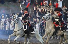 数百历史爱好者重现拿破仑著名战役
