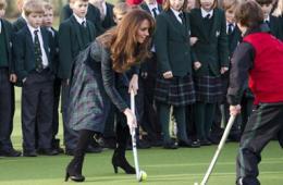 英国王妃凯特展英姿 穿裙大秀曲棍球球技